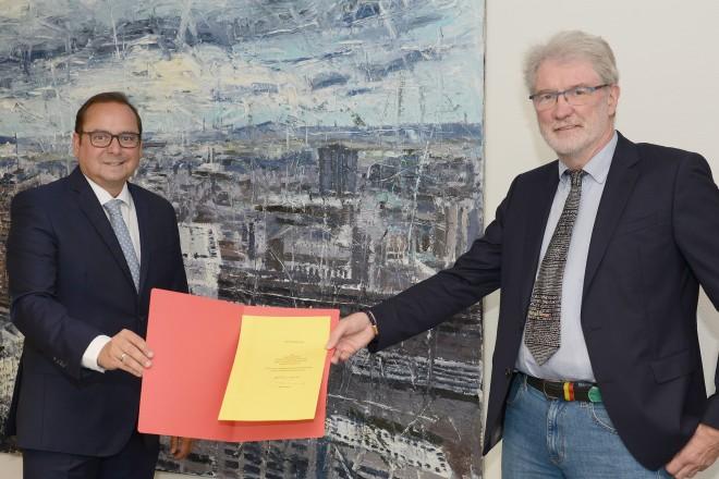 Oberbürgermeister Thomas Kufen verabschiedet den ehemaligen Leiter der Stadtbibliothek, Klaus-Peter Böttger, in den Ruhestand.