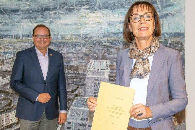 Oberbürgermeister Thomas Kufen verabschiedet Stephanie Frevel, Fachbereichleiterin Immobilienwirtschaft, in den Ruhestand