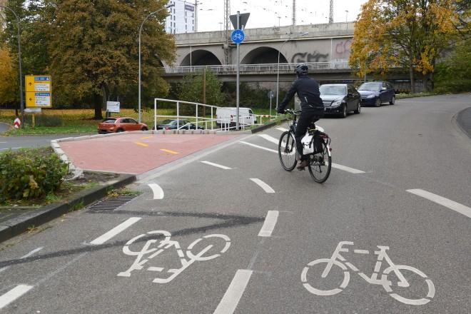 Im Süden ist die Protected Bike Lane über eine Rampe an die Weiglestraße angebunden.