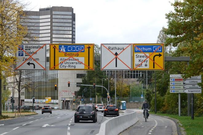Die Beschilderungen an der Ausfahrt aus dem Bernestraße-Tunnel wird noch der neuen Verkehrsführung angepasst.