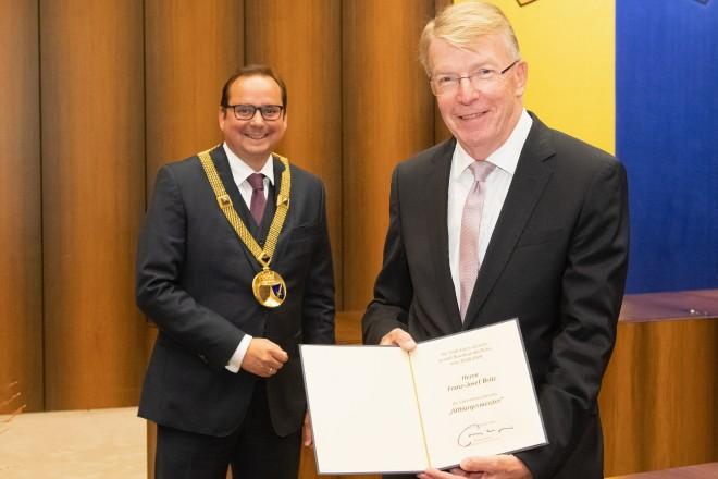 """Franz-Josef Britz wurde mit dem Ehrentitel """"Altbürgermeister"""" ausgezeichnet."""