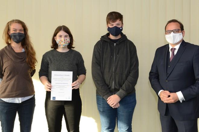 Oberbürgermeister Thomas Kufen überreichte unter anderem eine Klimaschutz-Urkunde an Schüler*innen der Gesamtschule Holsterhausen.