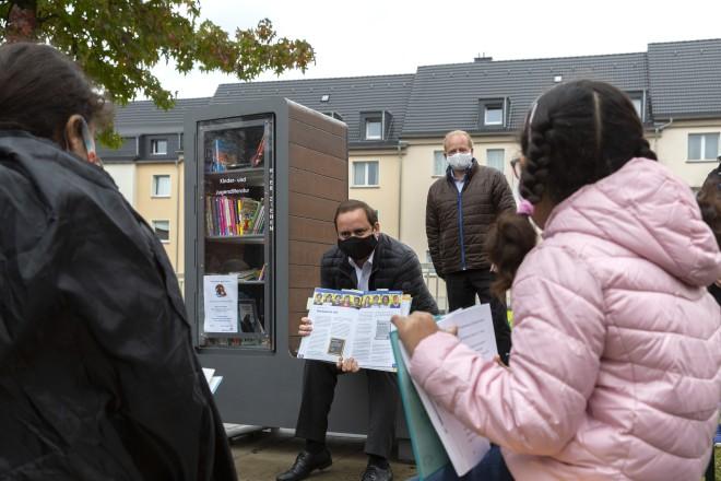 Oberbürgermeister Thomas Kufen bei der Einweihung des Kinderbücherschranks auf dem Storpplatz.