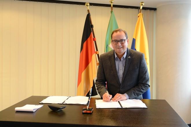 Oberbürgermeister Thomes Kufen unterzeichnet die Charta des 115-Verbundes.