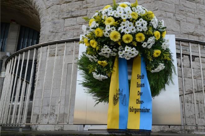 Foto: Niedergelegter Kranz in Gedenken an die Pogromnacht vor der Alten Synagoge Essen.