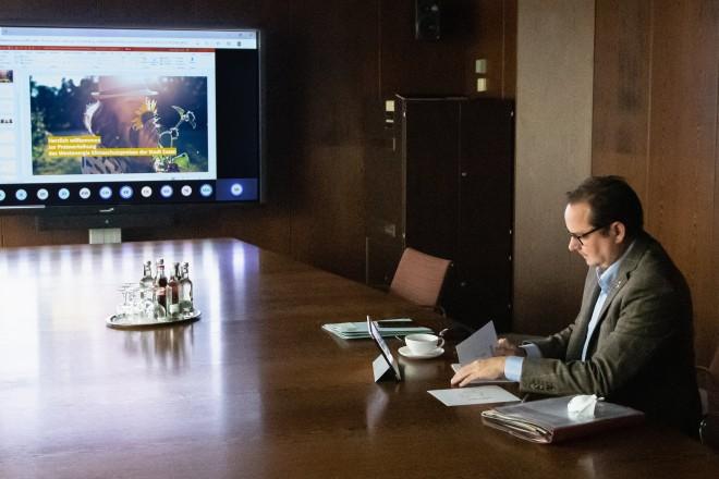 Foto: Oberbürgermeister Thomas Kufen verfolgte die digitale Preisverleihung des Westenergie Klimaschutzpreises aus dem Konferenzzimmer des Rathauses Essen.
