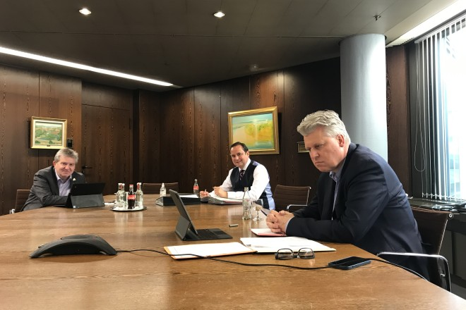Foto: Gesundheitsdezernent Peter Renzel, Oberbürgermeister Thomas Kufen und Ordnungsdezernent Christian Kromberg nahmen an der Telefonkonferenz zum Thema Impfzentren teil.