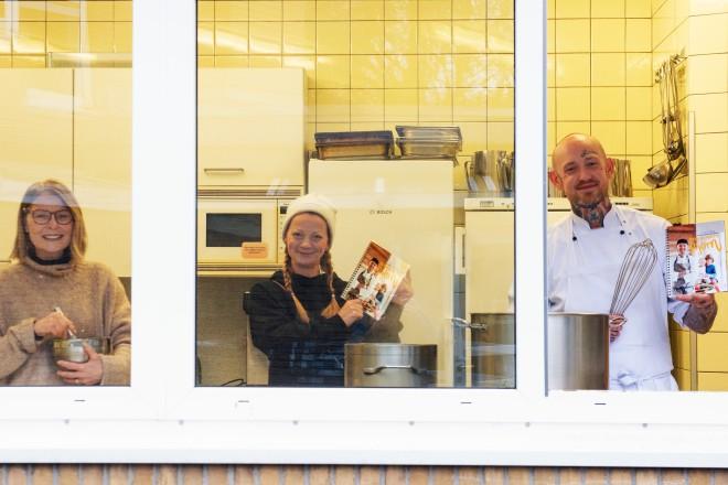 Freuen sich über die Realisierung des Kita-Kochbuchs v. l. n. r : Kitaleitung Eve Everett, Projektinitiatorin Melanie Labus und der Koch Björn Stockmann