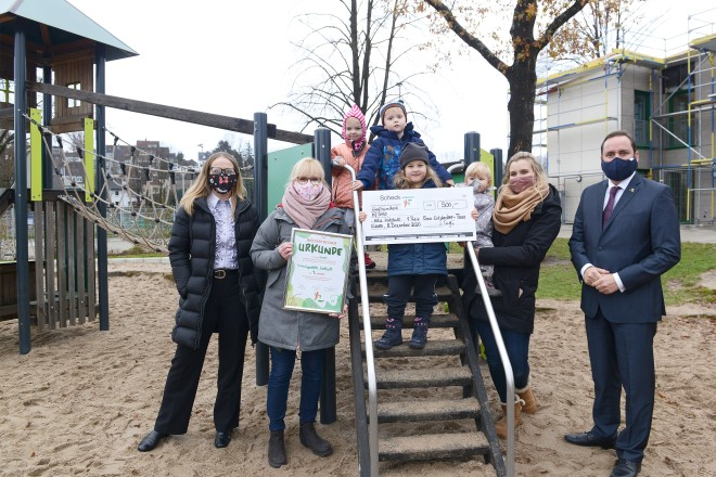 Oberbürgermeister Thomas Kufen (rechts) und Tanja Sager, Prokuristin CSE gGmbH, (links) mit Erzieherinnen und Kindern der Kita Katthult.