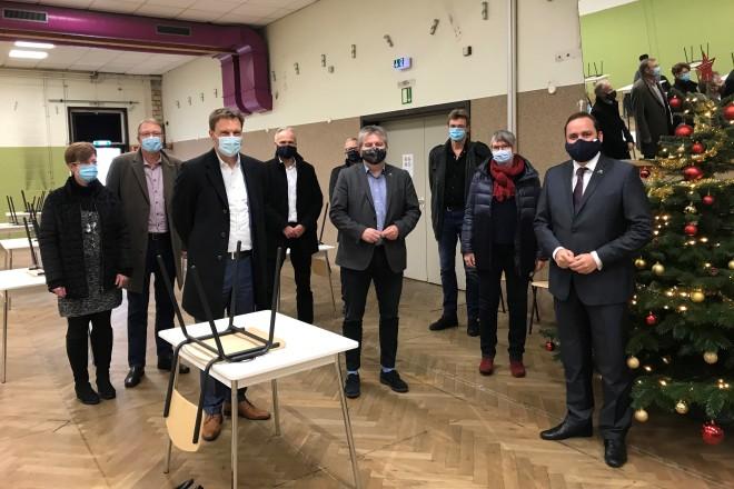 Foto: Oberbürgermeister Thomas Kufen besuchte den Tagesaufenthalt für Obdachlose in der Maxstraße.