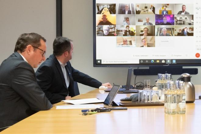 Foto: Oberbürgermeister Thomas Kufen (vorne links) und Stadtdirektor Peter Renzel (rechts) beim Workshop-Auftakt zum Modellkrankenhaus im Essener Norden.