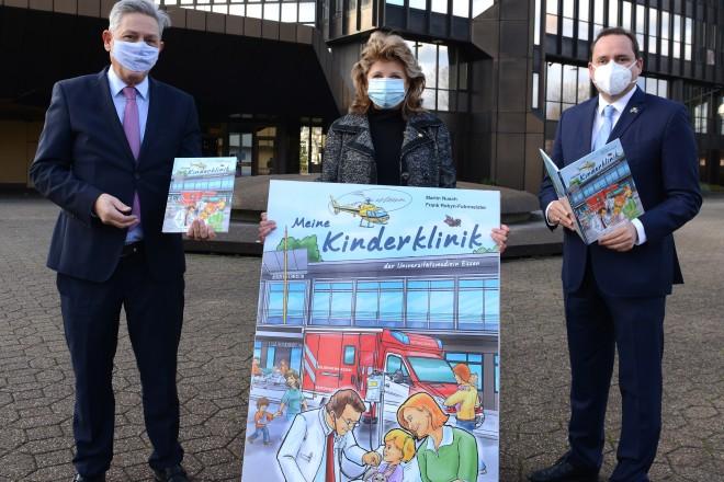"""Foto: Erste Exemplare des Buches """"Meine Kinderklinik"""" wurden heute übergeben. V. l. n. r.: Prof. Dr. Karl-Heinz Jöckel, Babette Albrecht und Thomas Kufen."""