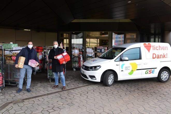 Weihnachtspäckchenaktion der Stadtverwaltung Essen Oberbürgermeister Thomas Kufen übergibt die gespendeten Pakete an GSE-Geschäftsführer Heribert Piel