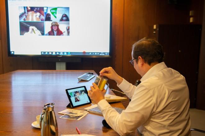 Oberbürgermeister Thomas Kufen packte bei der Videoschalte mit den Sternsinger*innen ein Sternsinger-to-go-Paket aus.