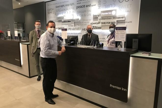 Oberbürgermeister Thomas Kufen bei seinem Besuch im Premier Inn Hotel Essen.