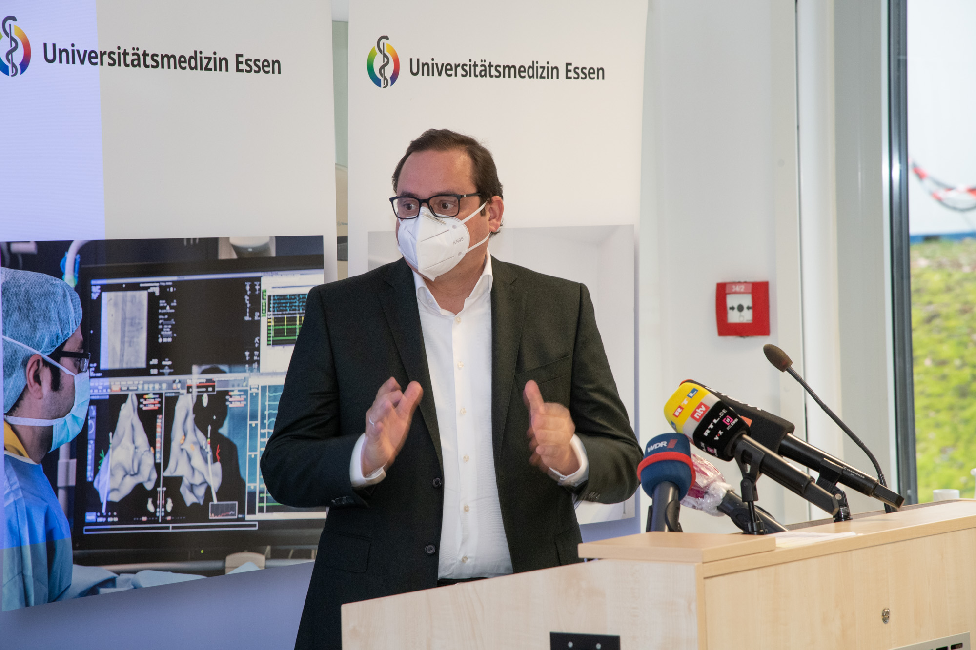 Foto: Oberbürgermeister Thomas Kufen zum Impfstart im Universitätsklinikum Essen.