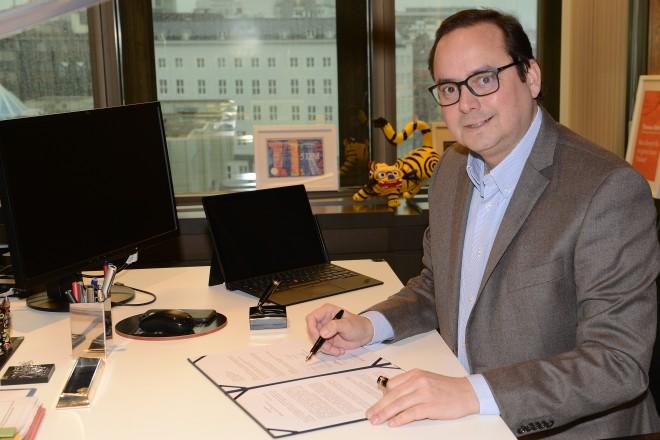 Foto: Oberbürgermeister Thomas Kufen bei der Unterzeichnung der Absichtserklärung zur Gründung einer Junior-Universität Essen.
