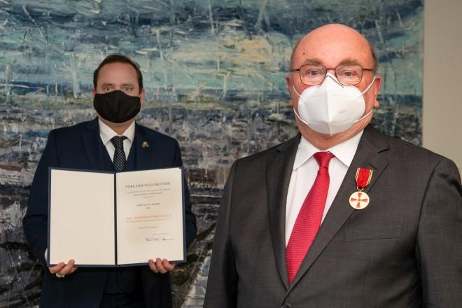 Oberbürgermeister Thomas Kufen übergibt die Verdienstmedaille an Klaus Kaiser.