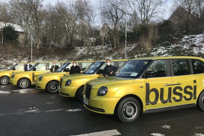 """Foto: Oberbürgermeister Thomas Kufen (2. v. r.) freut sich über den Testbetrieb des Pilotprojektes """"Bussi""""."""