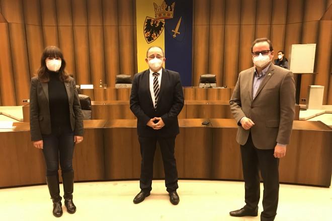 Foto: Oberbürgermeister Thomas Kufen (rechts) und Galina Borchers, Integrationsbeauftragte der Stadt Essen (links), gratulieren dem Vorsitzenden Miguel Gonzalez Kliefken (Mitte).