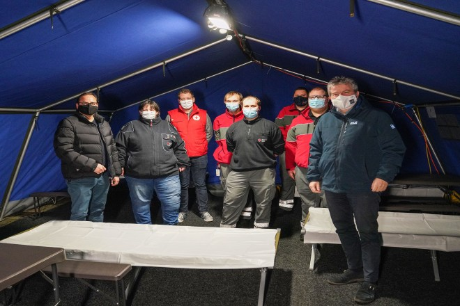 Oberbürgermeister Thomas Kufen (l.) und Stadtdirektor Peter Renzel (r.) besuchten die ehrenamtlichen Helfer*innen der DRK-Kältehilfe.