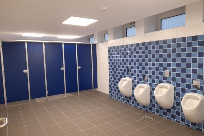 Die sanierte Jungentoilette der Adolf-Reichwein-Schule strahlt in modernen Blautönen.