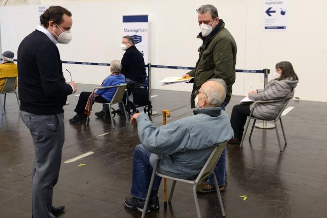 Eröffnung des Impfzentrums in der Messe Essen: Oberbürgermeister Thomas Kufen (links) im Gespräch mit einem Impfling.