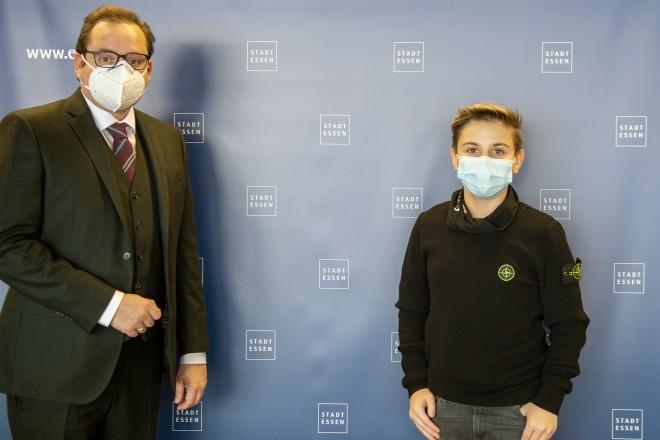 Oberbürgermeister Thomas Kufen und Maurice Fuchs, Gewinner des Youth4Peace-Jugendfriedenspreises 2018.