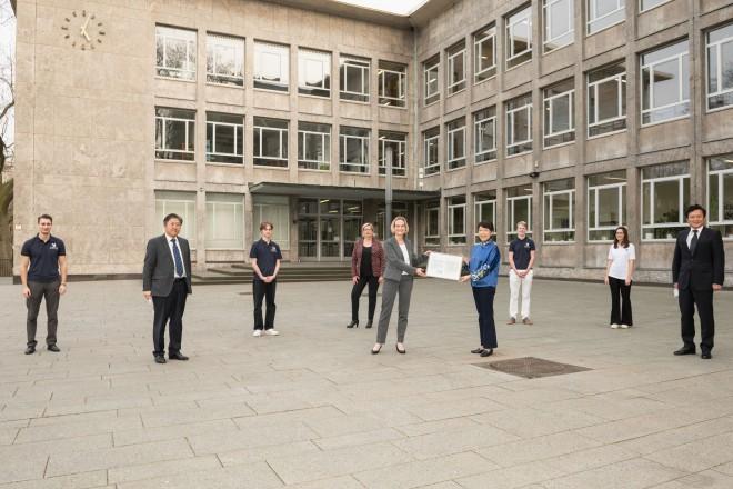 Foto: Gruppenfoto vor Gebäude