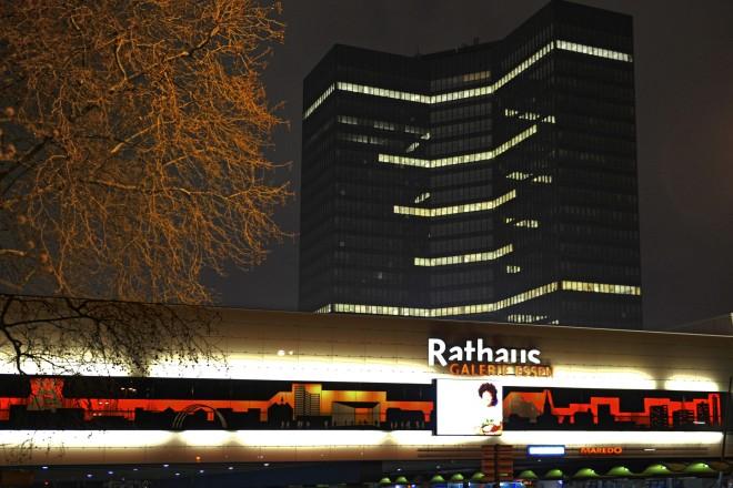 In Gedenken an die verstorbenen Essener*innen wurden gestern Abend 494 Fenster am Essener Rathaus erleuchtet