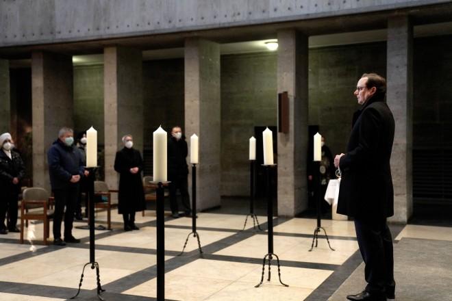 Oberbürgermeister Thomas Kufen bei der kurzen Andacht in der Trauerhalle des Südwestfriedhofs in Fulerum.