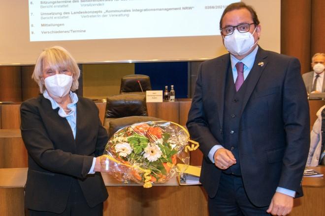 Susanne Asche, Vorsitzende des Seniorenbeirates, und Oberbürgermeister Thomas Kufen.