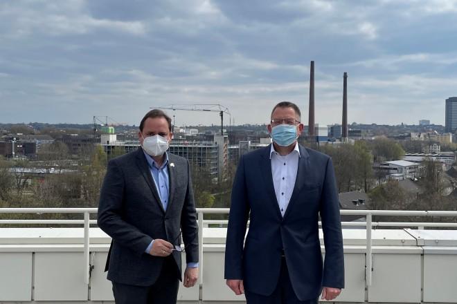 Oberbürgermeister Thomas Kufen zusammen mit Dr. Jörg Bergmann, Sprecher der Geschäftsführung der Open Grid Europe GmbH.