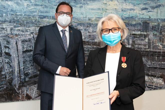 Oberbürgermeister Thomas Kufen übergab heute die Verdienstmedaille an Ingrid Kraemer.