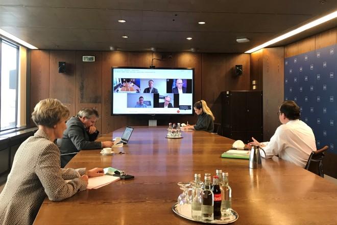 Foto: Abstimmungsgespräch mit Oberbürgermeister Thomas Kufen, Gesundheitsdezernent Peter Renzel und Vertretern der Krankenkassen.