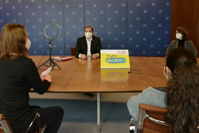 Jugendliche des Jugendhilfswerkes deinKult e.V. interviewen Oberbürgermeister Thomas Kufen.