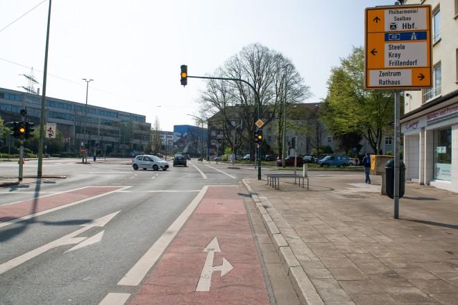 Foto: An der Kreuzung Goldschmidtstraße/ Herkulesstraße/ Engelbertstraße soll künftig das neue Verkehrszeichen 271 angebracht werden. Radfahrer*innen können dann, trotz roter Ampel, von der Goldschmidtstraße rechts in die Engelbertstraße einbiegen.