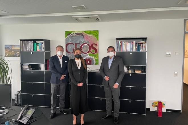 Oberbürgermeister Thomas Kufen (rechts) freut sich, dass die GFOS ab sofort die Junior-Universität unterstützt.