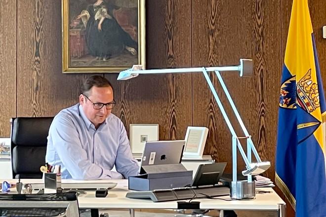 Oberbürgermeister sitzt vor seinem Laptop.