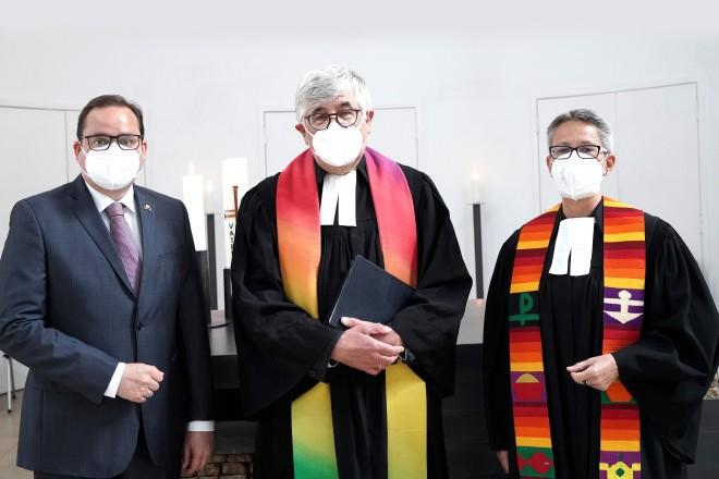 Festgottesdienst zur Verabschiedung von Pfarrer Steffen Hunder v.l.n.r: Oberbürgermeister Thomas Kufen, Steffen Hunder und Superintendentin Marion Greve.