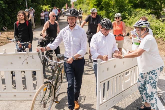 NRW-Verkehrsminister Hendrik Wüst und Oberbürgermeister Thomas Kufen geben die neue Verbindung zwischen dem Krupp-Park und der Universität Essen frei.