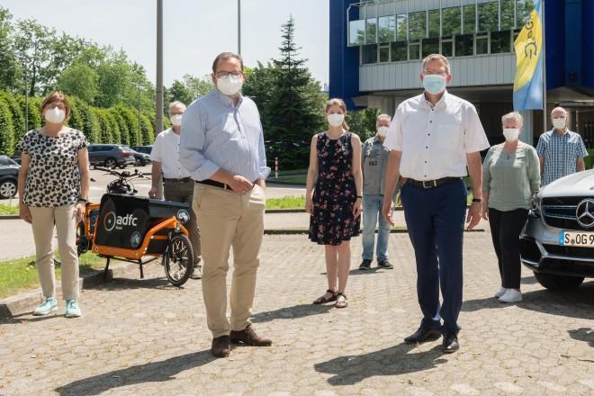 Foto: Oberbürgermeister Thomas Kufen (Dritter von links) und Verkehrsdezernentin Simone Raskob (ganz links) zu Besuch bei der Firma Open Grid Europe, anlässlich der Auszeichnung als fahrradfreundlicher Abreitgeber durch den ADFC.