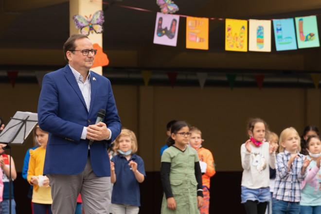 Foto: Oberbürgermeister Thomas Kufen bei der Verabschiedung von Mechthild Bönte.