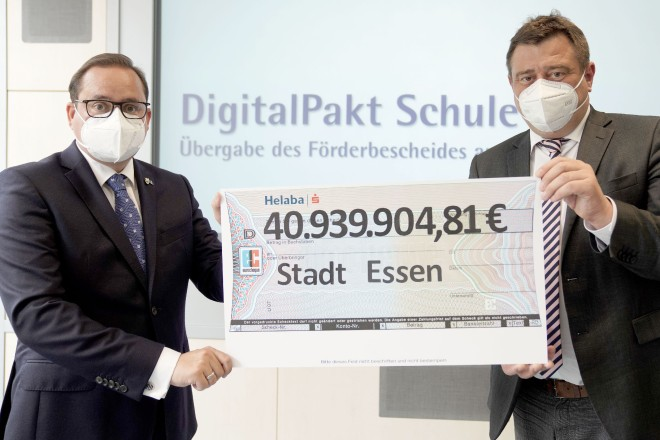 Foto: Oberbürgermeister Thomas Kufen nahm den Förderbescheid von Staatssekretär Mathias Richter entgegen.