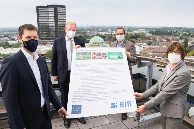 Foto: Von links: Andreas Künzel (Nachhaltigkeitsbeauftragter, BIB), Dr. Peter Güllmann (Vorstandssprecher, BIB), Oberbürgermeister Thomas Kufen und Umweltdezernentin Simone Raskob geben den Startschuss für den Umweltpreis 2021.