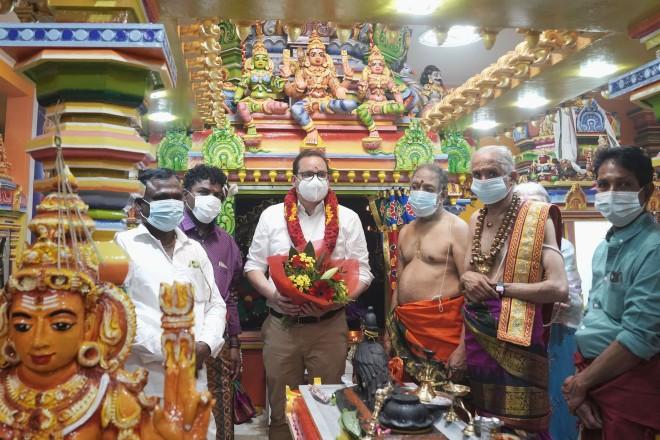 Foto: Oberbürgermeister Thomas Kufen bei der Eröffnung des Sri Kathirvelauthaswamy Tempel.