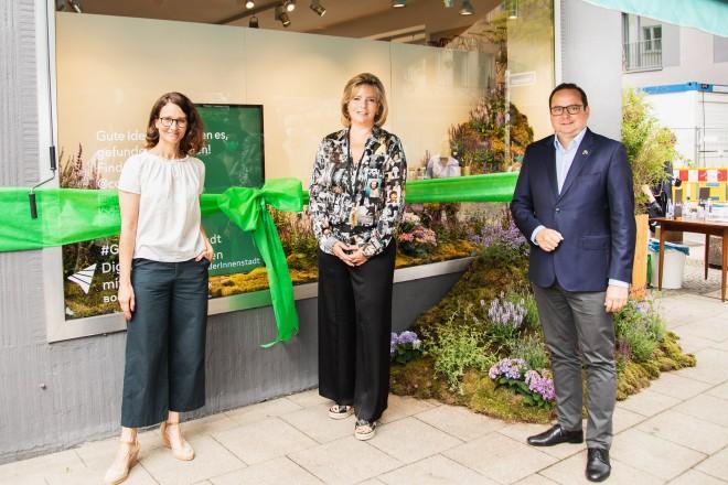 Foto: Oberbürgermeister Thomas Kufen (rechts) bei der Schaufenstereröffnung des Cob Concept Stores mit Angelika Gifford, Vice President Central Europe von Facebook, und Meike Pfeiffer (links), Gründerin des Unternehmens