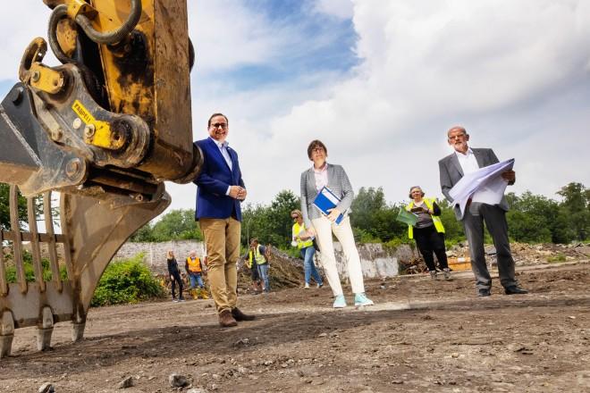 Auf dem Essener Thurmfeld-Areal entsteht Platz für Gewerbe und die Universität. V. l. n. r.: Oberbürgermeister Thomas Kufen, Beigeordnete Simone Raskob und AAV-Geschäftsführer Dr. Roland Arnz.