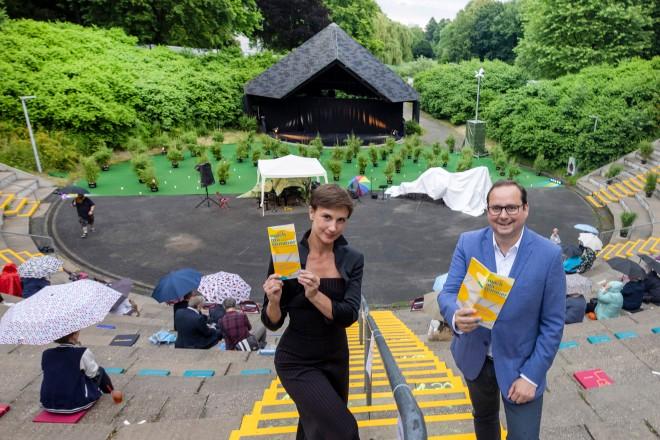mach ma sommer, Theater & Musikwochen in der Dubois Arena Borbeck. Das Bild zeigt: Initiatorin Jelena Ivanovic und Oberbürgermeister Thomas Kufen.