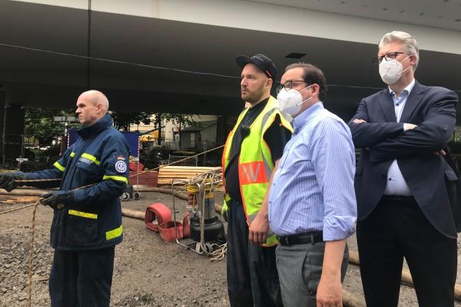 Foto: Oberbürgermeister Thomas Kufen und Ordnungsdezernent Christian Kromberg machen sich ein Bild von den Hochwasserschäden in Kupferdreh.